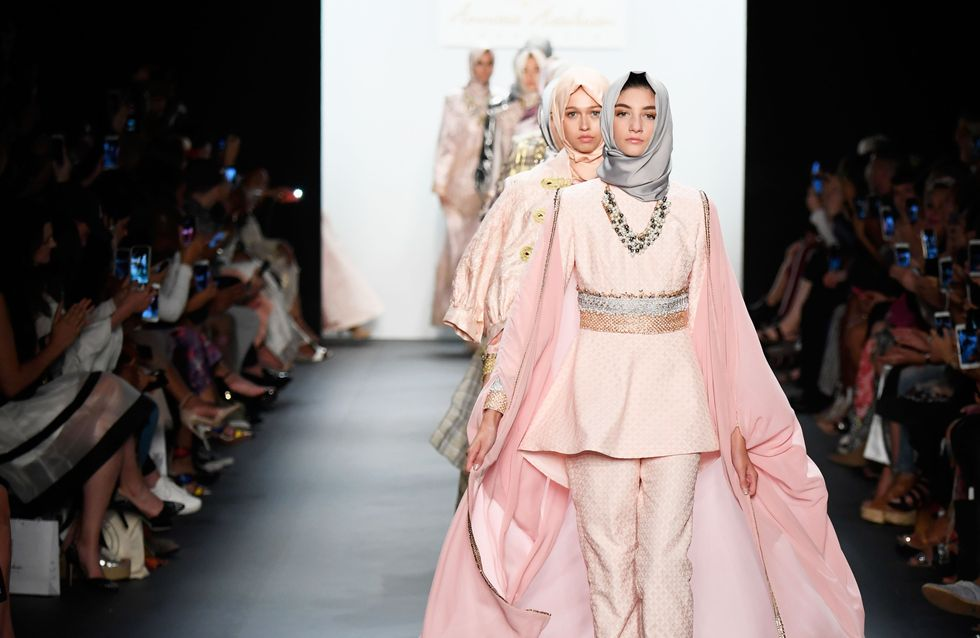 Le Hijab a-t-il vraiment sa place sur le podium de la fashion week ? (Photos)