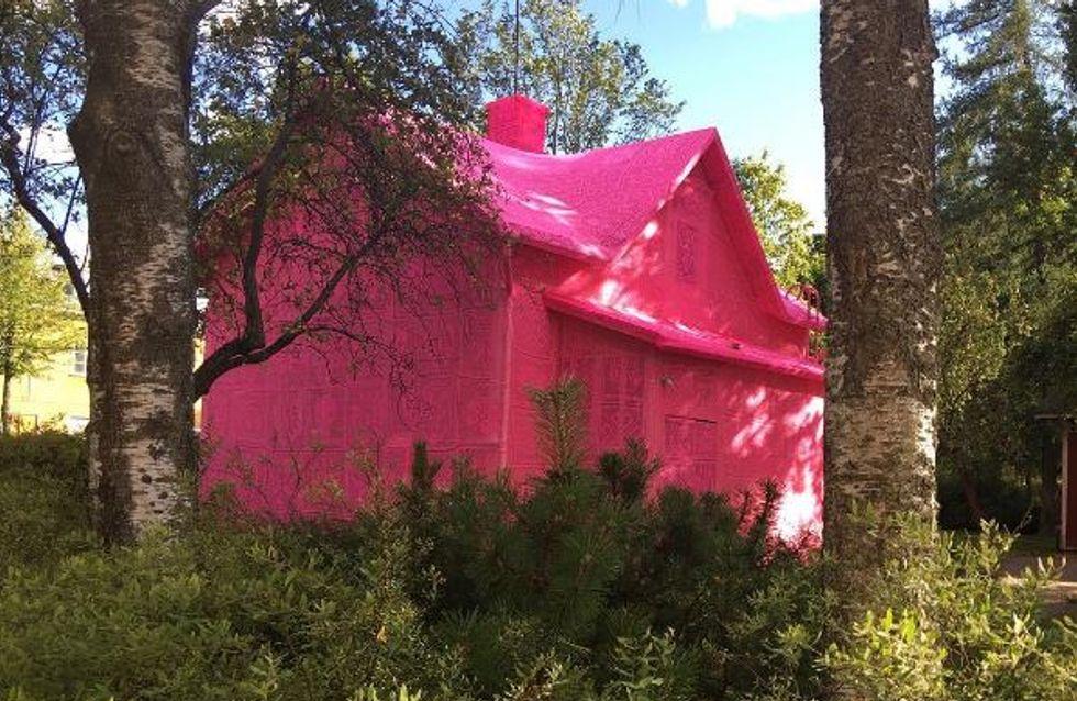 150 km Garn: Dieses Haus wurde komplett pink umhüllt - aus einem wichtigen Grund