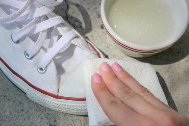 b53d4ddeebc2 Comment nettoyer des baskets blanches sales
