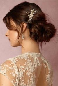 Brautschmuck: Zum Spitzenkleid passt Schmuck mit Blumendetails