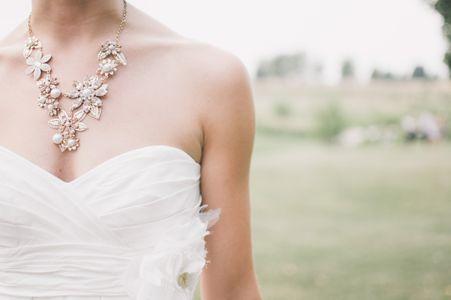 Brautschmuck: Statement-Kette zum trägerlosen Brautkleid