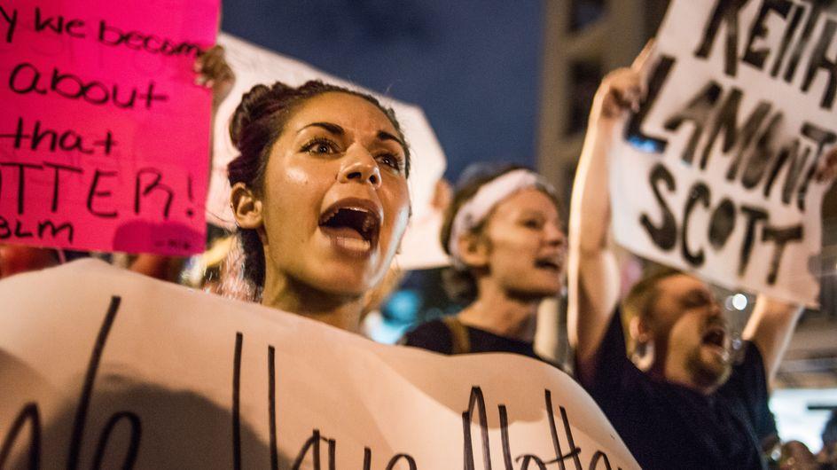 Une afro-américaine se peint en blanc pour dénoncer les violences policières