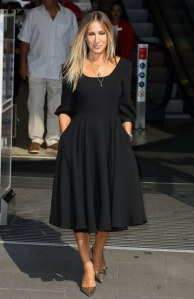 Sarah Jessica Parker dévoile la première pièce de sa nouvelle ligne de robes noires