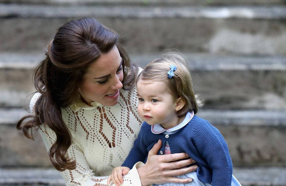 À seulement 17 mois, la princesse Charlotte fait déjà tout comme sa mère (Photos)