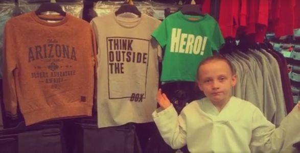 La petite Daisy devant les T-shirts pour garçons