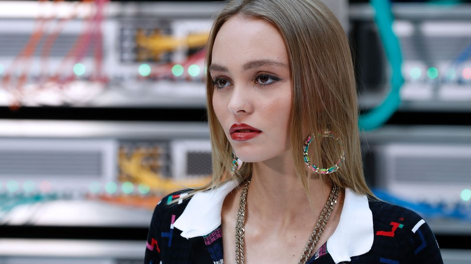 Lily-Rose Depp envoûtante pour le défilé Chanel (Photos)