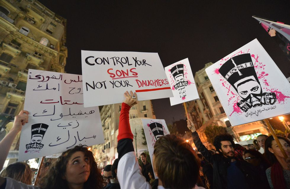 Deux Egyptiens punissent et couvrent de honte les harceleurs sexuels avec des œufs (Vidéo)