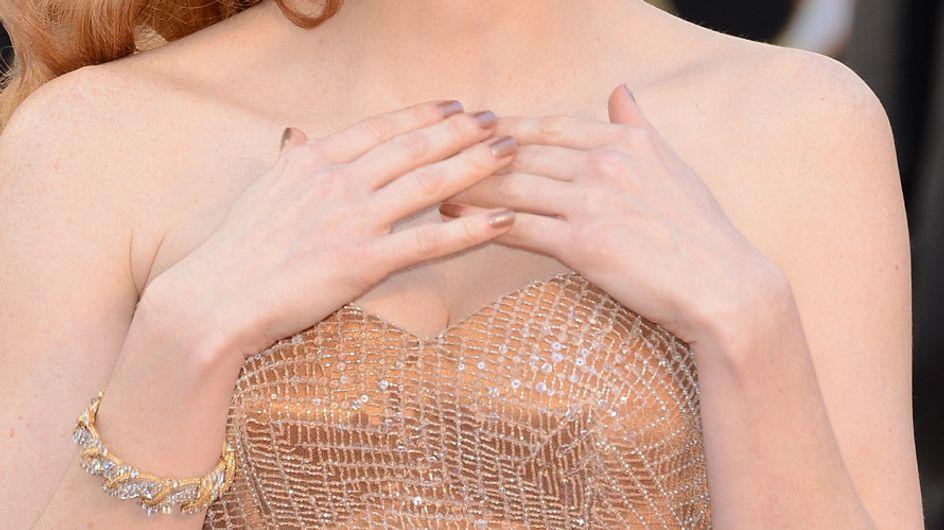 Consigue una manicura metalizada gracias a las holographic nails