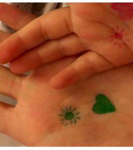 Come calmare i bambini con un disegno sulla mano: la dolce trovata di una mamma