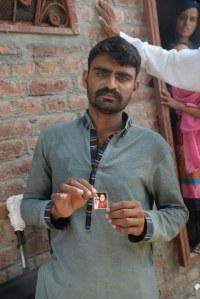 Un homme dont la femme a été tuée par sa famille