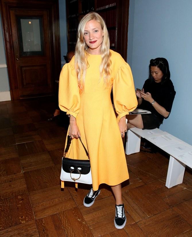 Hier trägt  Kate Foley ihre Vans zu Designer-Kleid und It-Bag