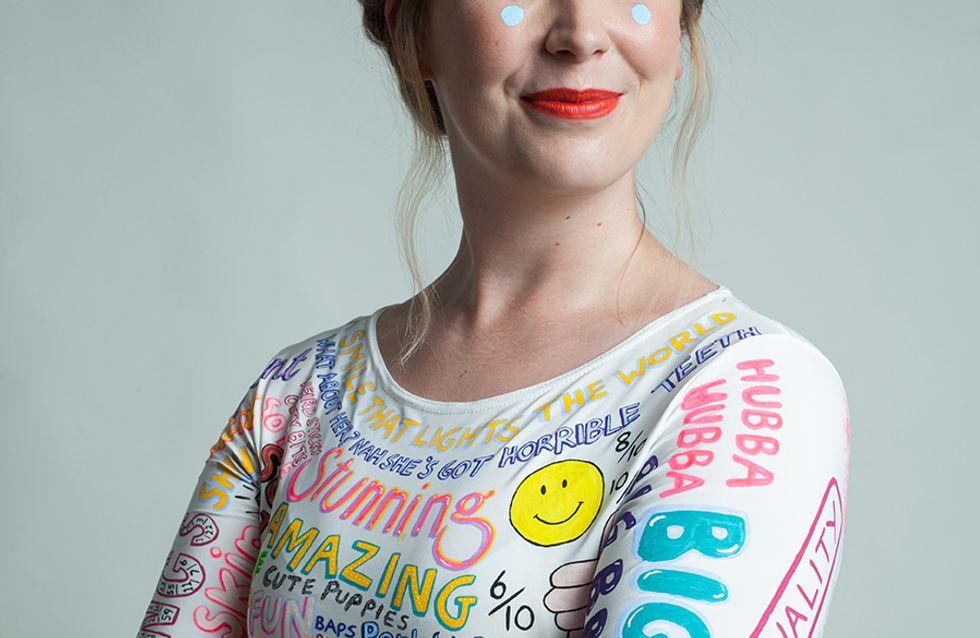 Elle crée une robe à partir de toutes les critiques reçues sur son physique ces dernières années (Photos)