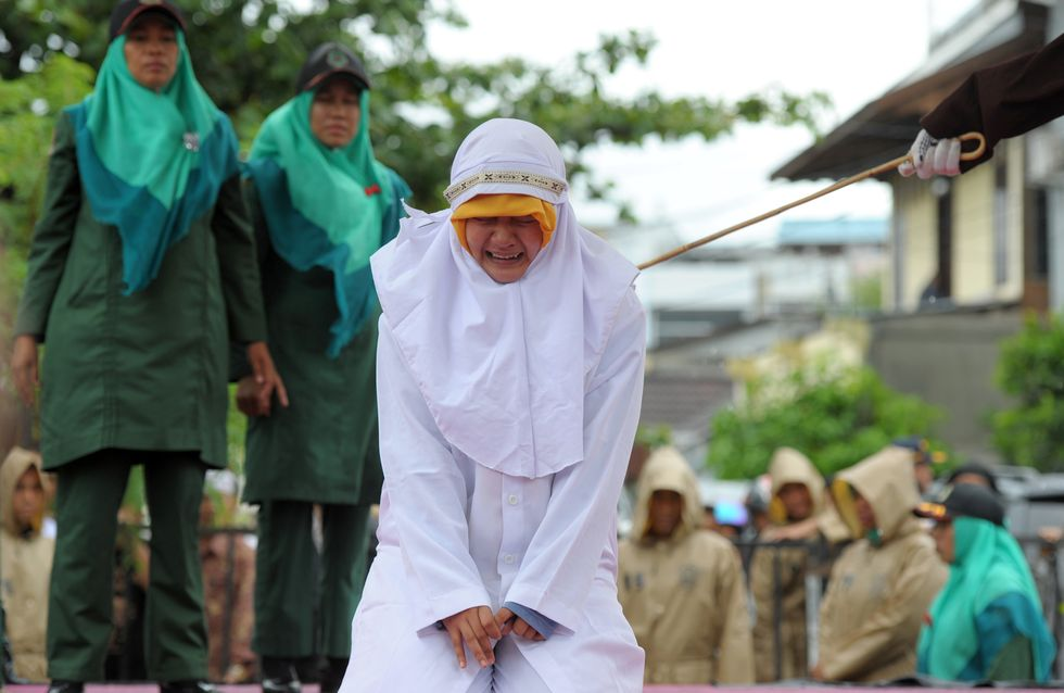Des femmes flagellées pour avoir embrassé ou tenu la main de leurs compagnons en Indonésie