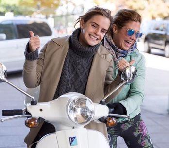 Pourquoi Emma Watson décrit-elle autant ses tenues sur Instagram ? (Photos)