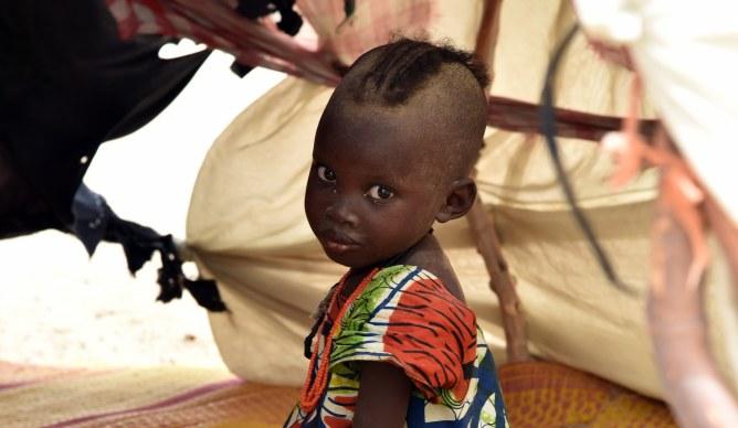 Une petite fille dans un camp de réfugiés au Niger
