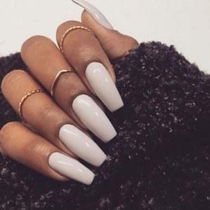Wem Weiß als Kontrast auf den Nägeln zu hart ist: Elfenbeintöne wirken weicher und edel auf den Fingern.