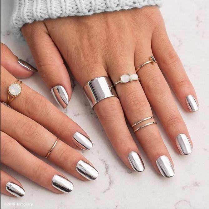 Auffälliger geht kaum: Silberfolie macht die Nägel zum metallischen Blickfang