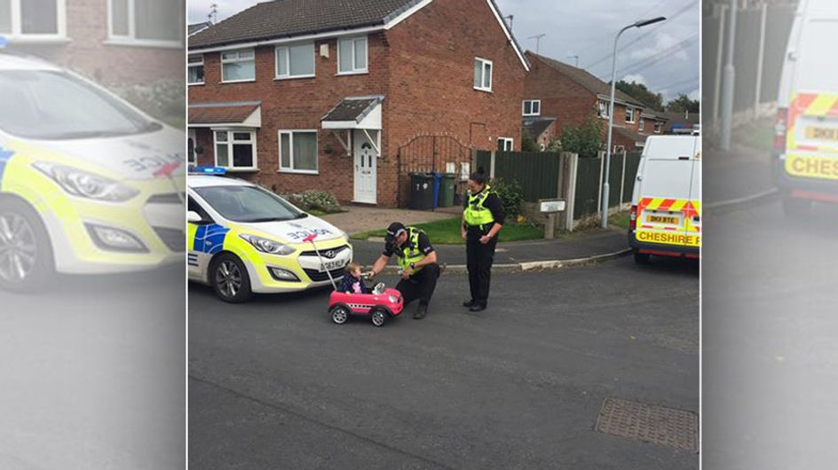 Die Polizisten halten dieses Spielzeugauto an - was dann folgt, ist legendär