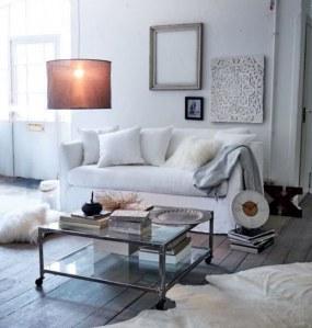 Gemütliches Wohnzimmer in weiß