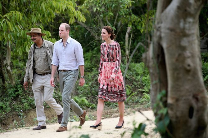 Kate et William, en voyage officiel en Inde. La duchesse porte une robe Topshop.