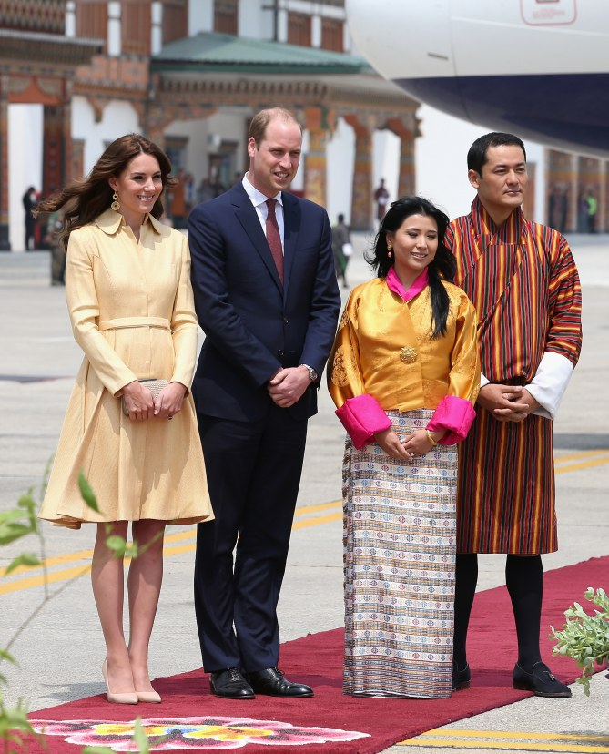 Kate avec son mari William, en voyage au Bhoutan, porte une robe jaune Emilia Wickstead