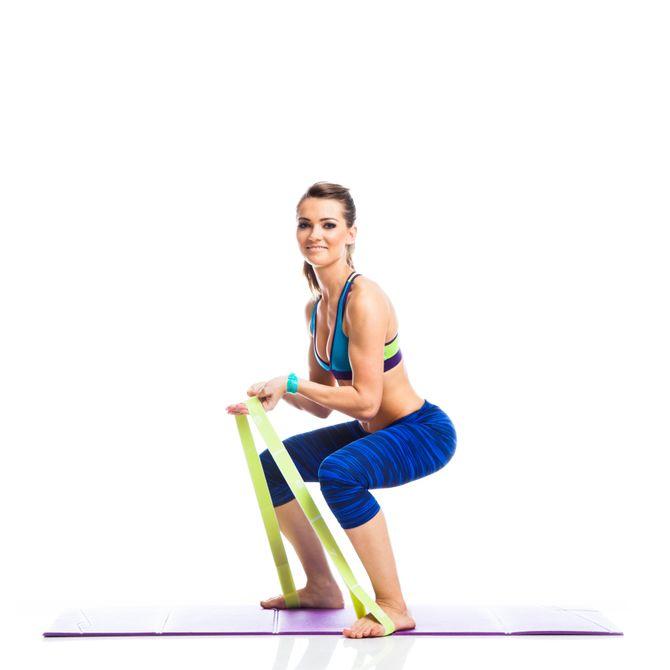 Squats en tenant l'élastique avec les mains ou en le tendant enrte les genoux