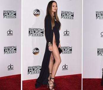 Chrissy Teigen y las rajas de su falda, peor look de la semana