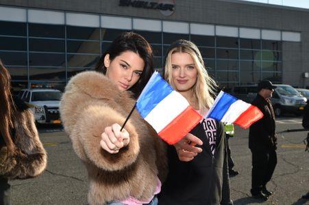 Kendall Jenner et Lily Donaldson embarquent pour Paris où se tiendra le Fashion Show 2016 de Victoria Secret's