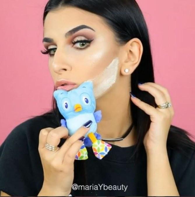 """Maria Yeager participe au """"Kids Toys Makeup Challenge"""" qui consiste à se maquiller avec des peluches pour enfant"""