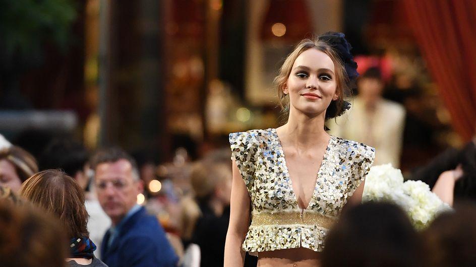 Lily-Rose Depp, radieuse, défile pour la première fois pour Chanel (Photos)