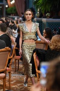 Lily-Rose Depp défile pour la collection Chanel Métier d'Art 2016/2017