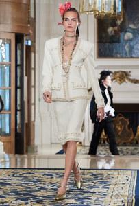Cara Delevingne défile pour la collection Chanel Métier d'Art 2016/2017