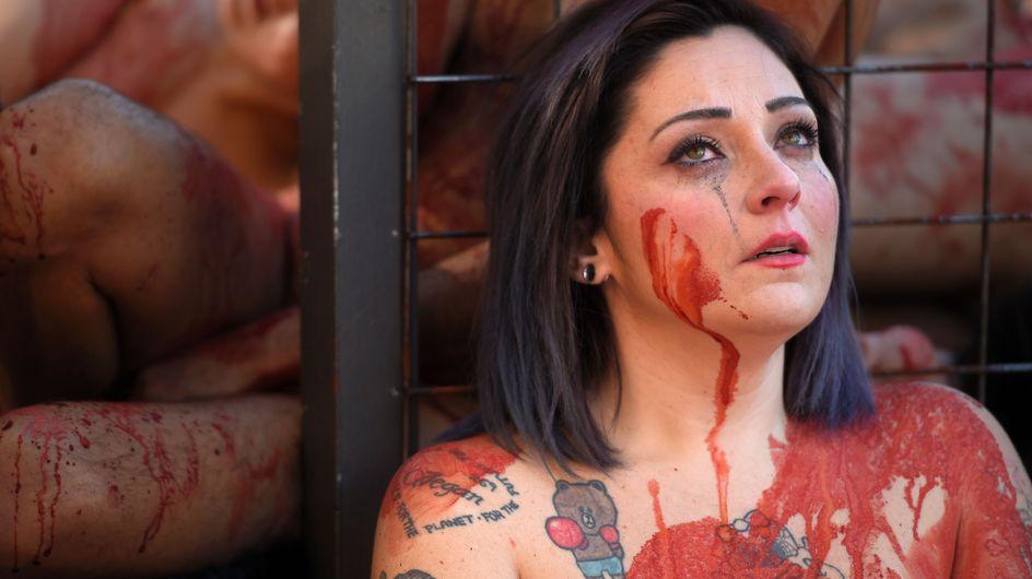 Nus et couverts de sang, ils manifestent contre la fourrure en Espagne (Photos)