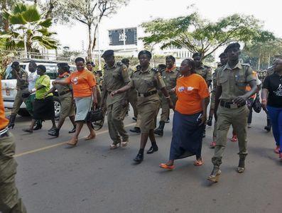 Des policiers manifestent en talons pour les droits des femmes en Ouganda