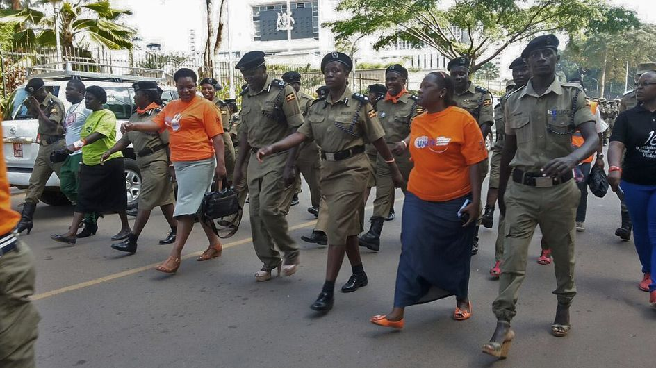 En Ouganda, les policiers défilent en talons pour les droits des femmes (Photos)