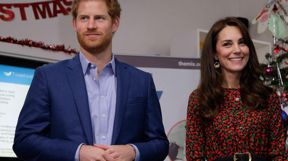 Tout le monde s'arrache la robe de noël de Kate Middleton (Photos)