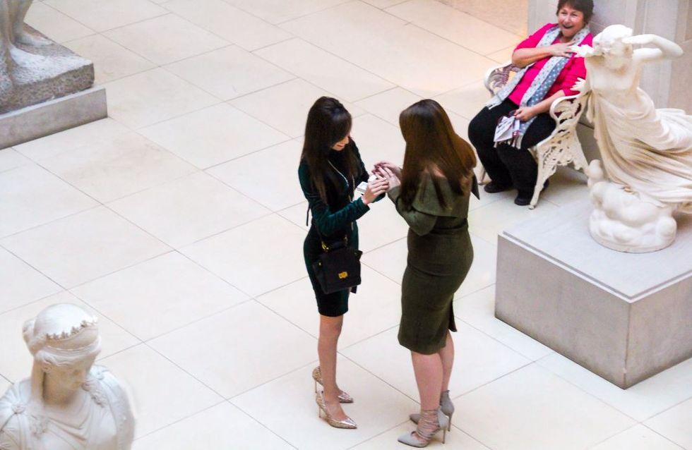 Sie hält um die Hand ihrer Freundin an - doch niemand bemerkt, was im Hintergrund geschieht!