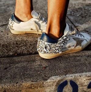 Weiße Sneaker werden jetzt mit Strass aufgepeppt