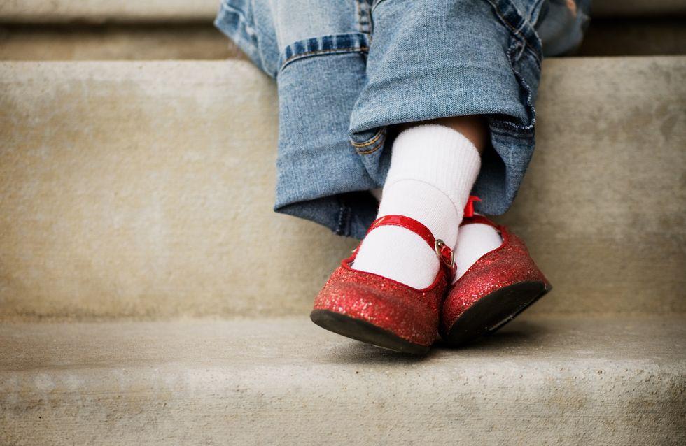 Sa fille rentre avec des chaussures abîmées, elle ordonne 380 euros de dédommagement