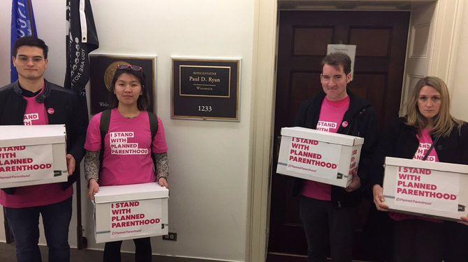 Des bénévoles apportent des pétitions pour soutenir le planning familial aux Etats-Unis