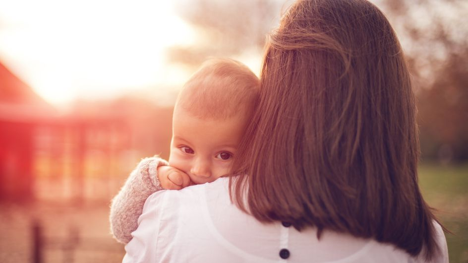Trägst du dein Baby auch meistens auf der linken Seite? DAS ist der Grund dafür!