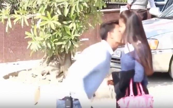 Sumit Verma en train d'embrasser une fille par surprise