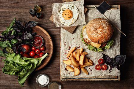 Hambúrguer vegetariano com alho negro, alface e ovo