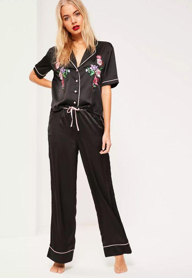 Pyjama en satin noir brodé, 52,50€, Missguided