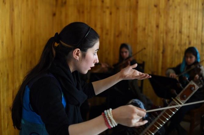 Negina Khpalwak à la tête de son orchestre
