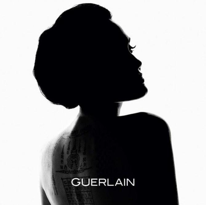 La première image de la collaboration entre Angelina Jolie et Guerlain
