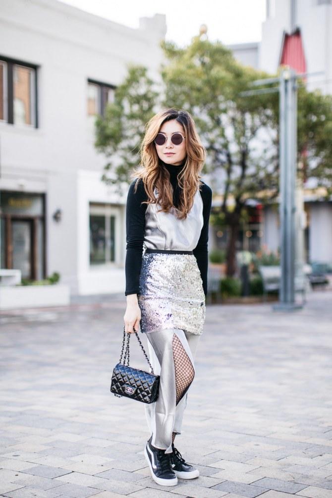 Netzstrumpfhosen cool kombiniert zu Abendkleid und Sneakers