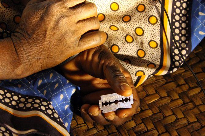 Una circuncidadora de Tharaka, Kenia, sostiene la cuchilla con la que practica la mutilación