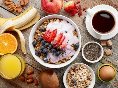 Ungezuckertes Müsli, Obst, Naturjoghurt