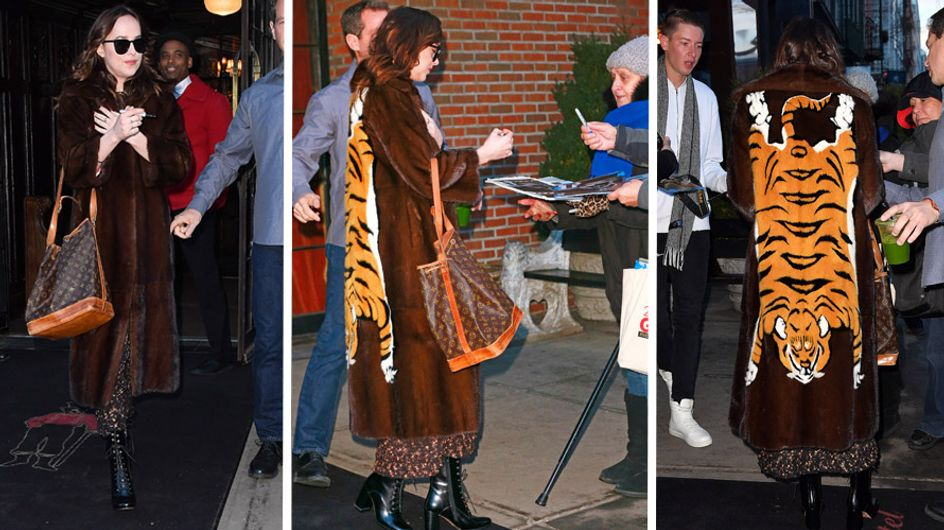 El abrigo tigretón de Dakota Johnson, peor look de la semana
